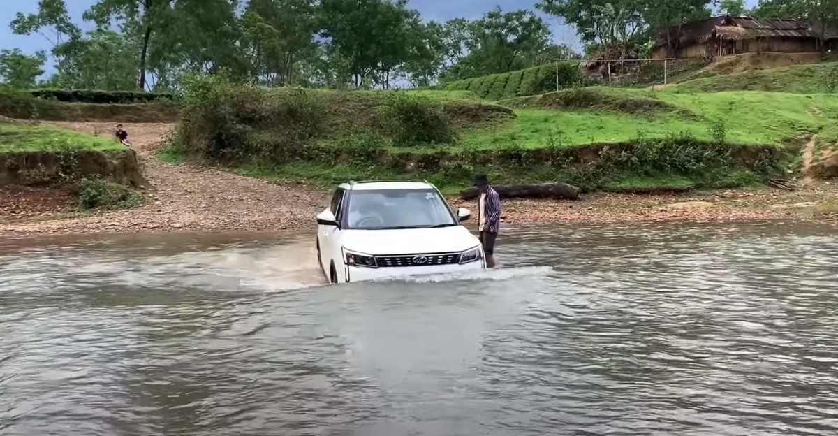 एक Mahindra XUV300 को बॉस की तरह नदी पार करते हुए देखें