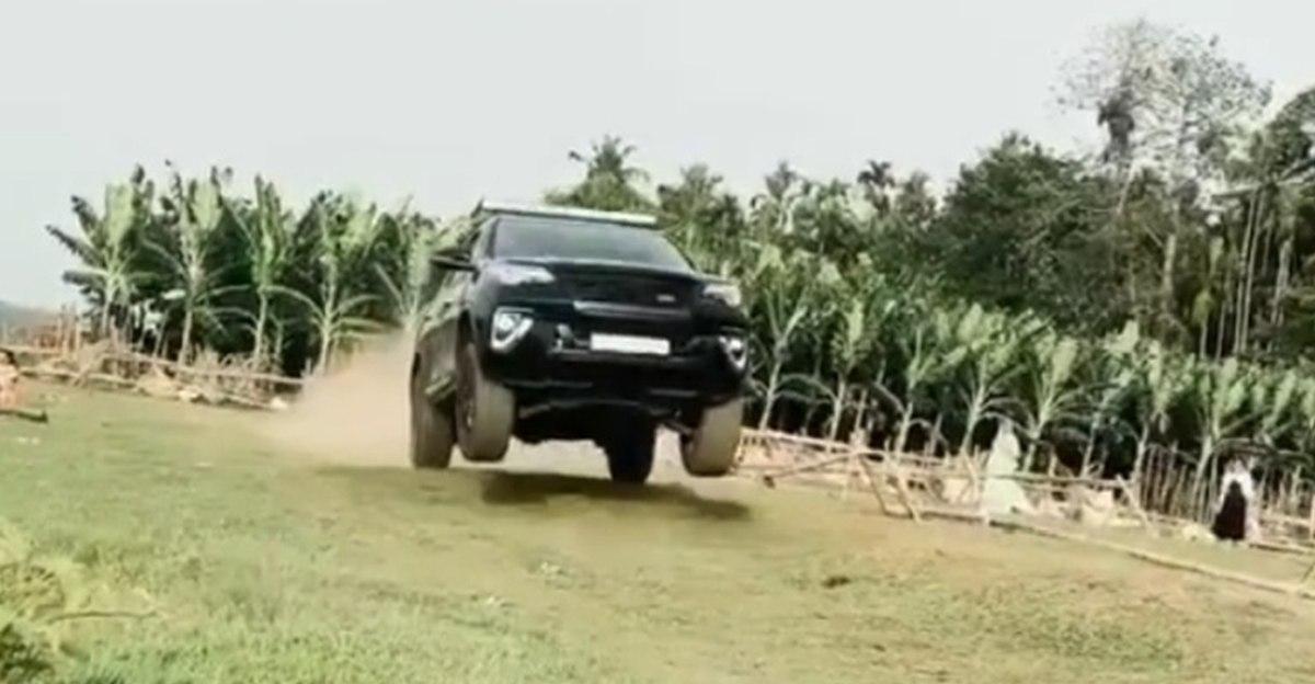 देखें एक संशोधित Toyota Fortuner को छलांग लगाते हुए