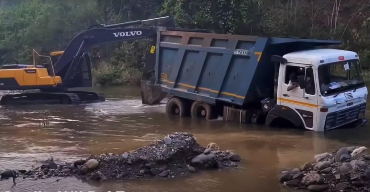 नदी में फंसे Tata Truck को Volvo Excavator ने बचाया