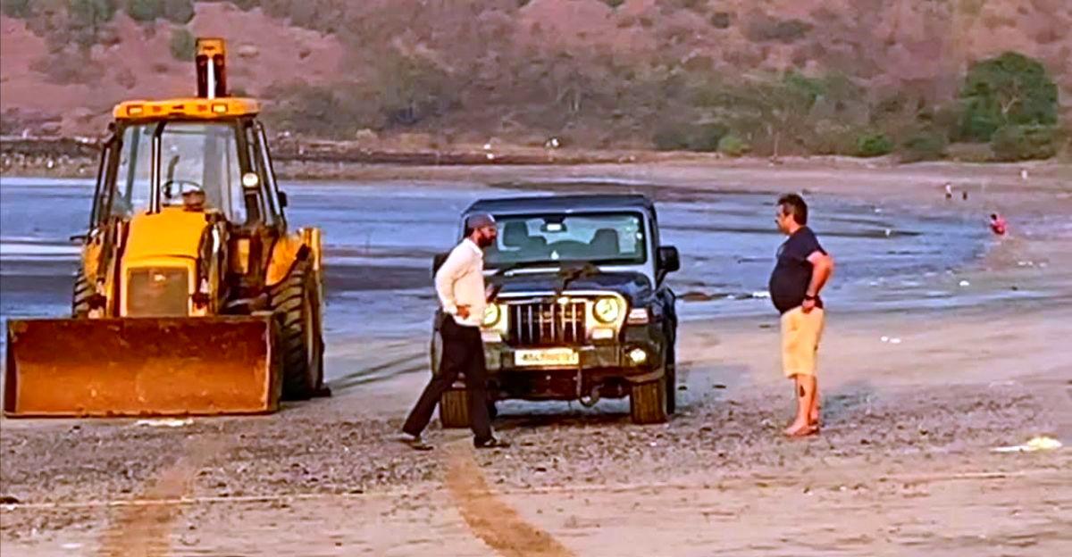 एकदम नई Mahindra Thar समुद्र तट पर अटक गई: बचाव के लिए आई JCB