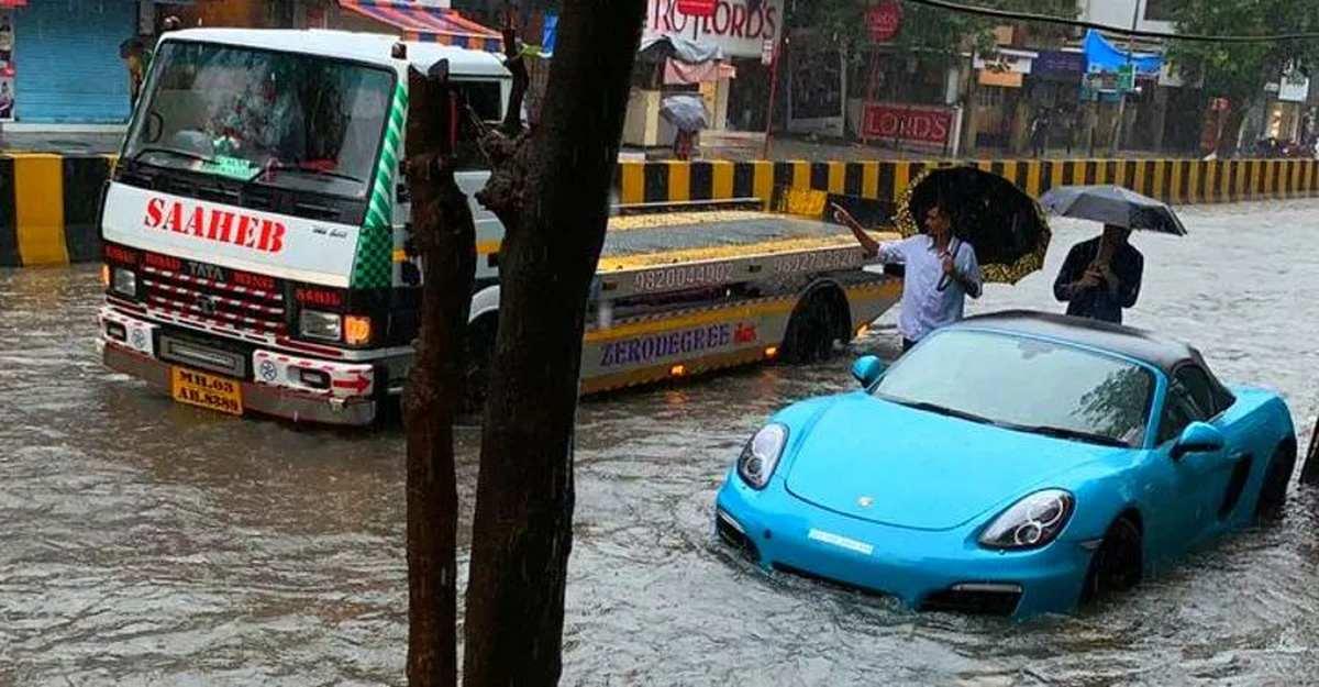 10 चीजें जो आपको बाढ़ वाली सड़क पर गाड़ी चलाते समय नहीं करनी चाहिए