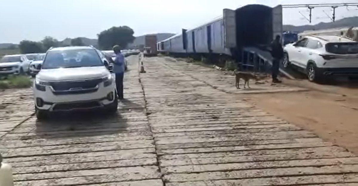 Indian Railways को Kia Seltos कॉम्पैक्ट SUV को ट्रेन में ले जाते हुए देखें