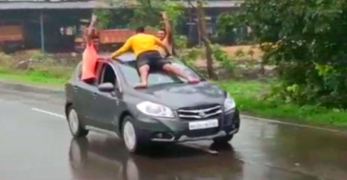 चलती कार पर युवाओं का स्टंट वायरल: पुलिस उन्हें गिरफ्तार करने की फिराक में