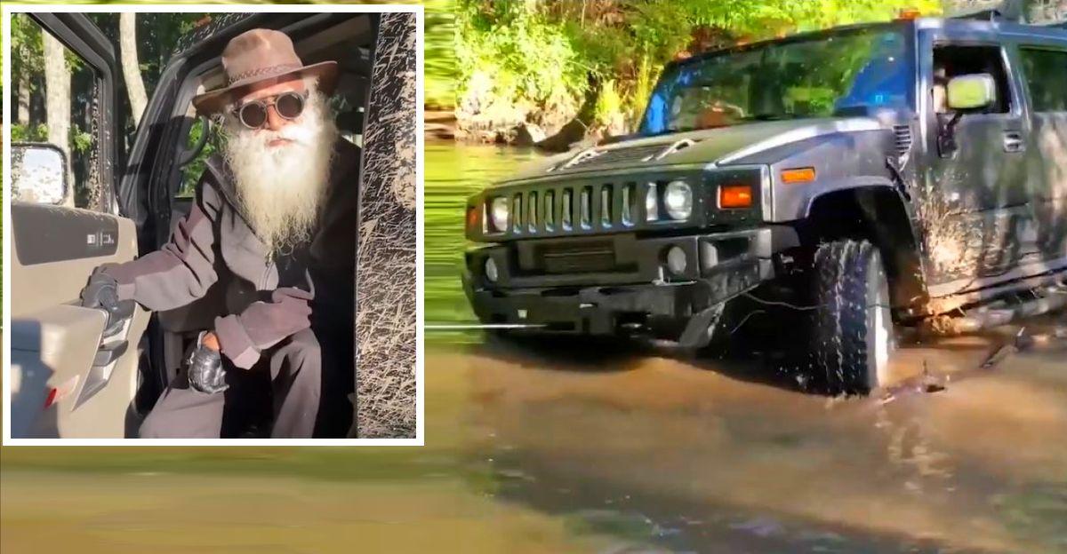 Jaggi Vasudev 'Sadhguru एक Hummer H2 में अपने ऑफ-रोडिंग कौशल दिखाते हैं