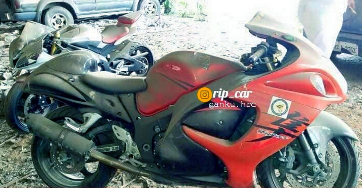 मुंबई में छोड़ी हुई Suzuki Hayabusa और Yamaha R6 सुपरबाइक्स