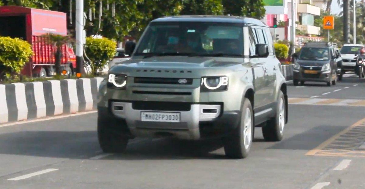बॉलीवुड अभिनेता अर्जुन कपूर अपने Land Rover Defender को मुंबई की सड़कों पर घुमाते हुए देखे गए