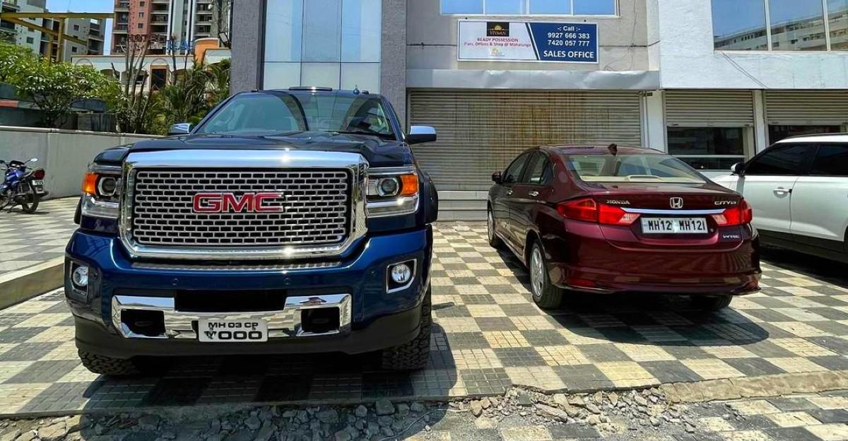 Honda City के बगल में GMC Denali विशाल दिखती है