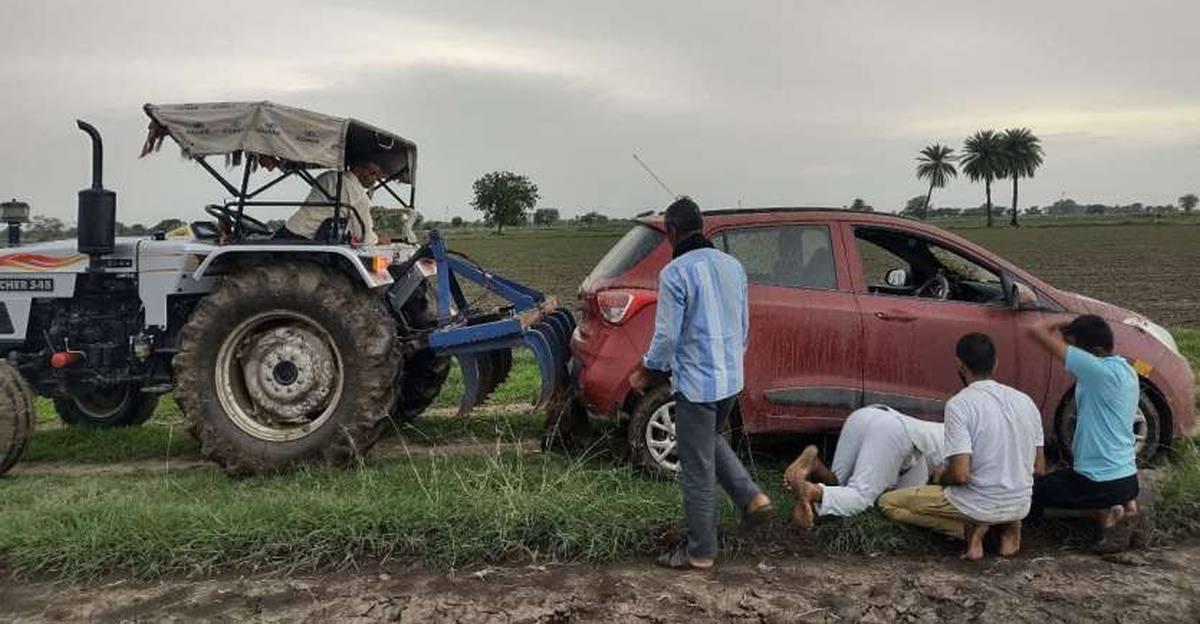 Hyundai Grand i10 में Google Maps का अनुसरण करने वाले जर्मन पर्यटक राजस्थान के एक खेत में फंस गए