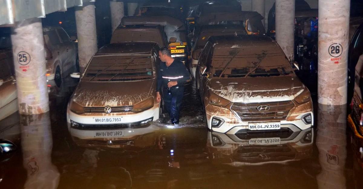 मुंबई की पार्किंग में बाढ़ के पानी में डूबी 400 कारें