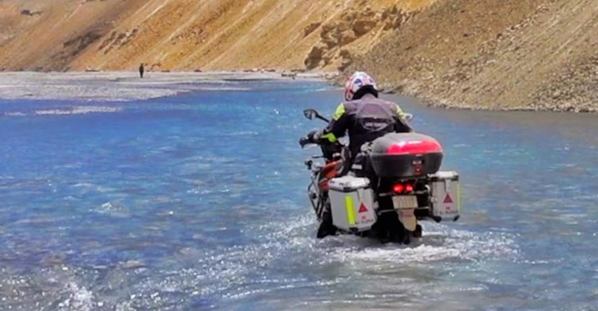 KTM 390 ADV और Bajaj Dominar ने लद्दाख में एक नदी पार की: फंस गई