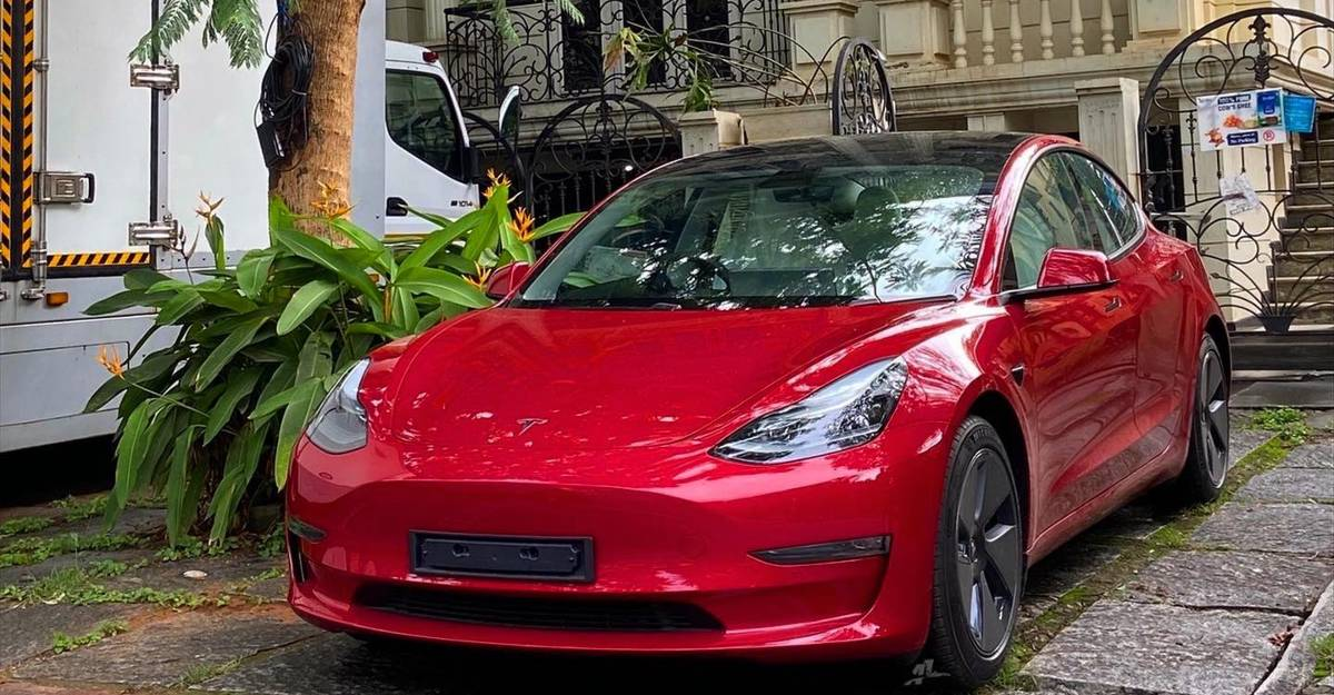 Tesla Model 3: रक्त लाल रंग में आई भारत की पहली कार