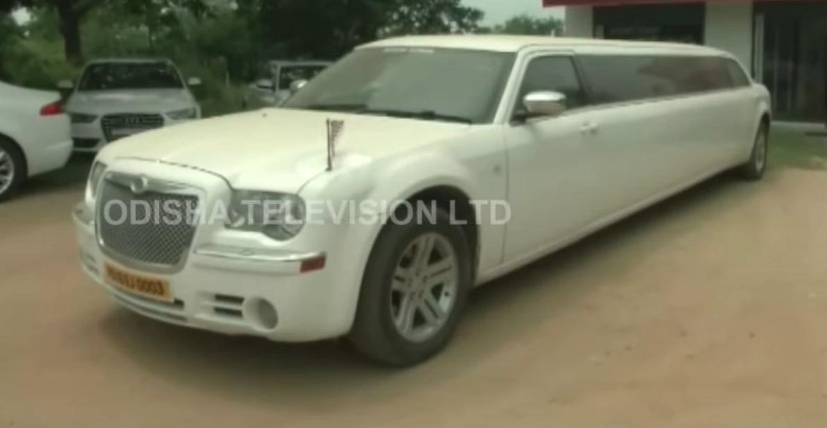 COVID19 लॉकडाउन प्रभाव: सुपर लग्जरी कारें और आयातित limousines धूल इकट्ठा कर रही हैं [वीडियो]