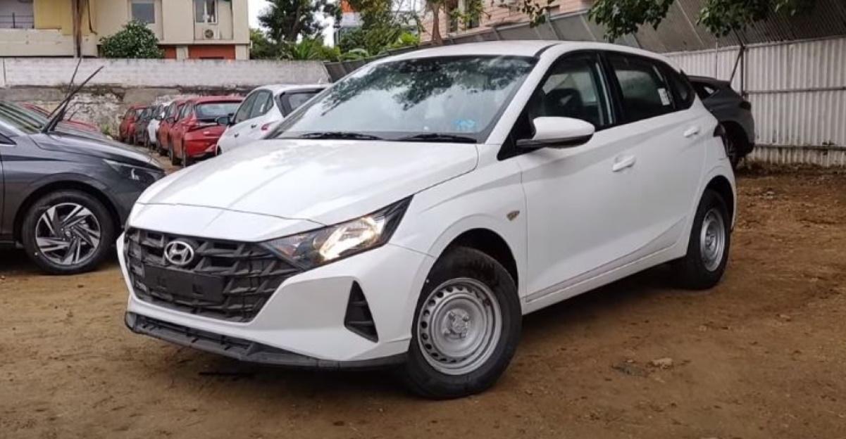 विस्तृत वॉकअराउंड वीडियो में नई Hyundai i20 Base Era ट्रिम