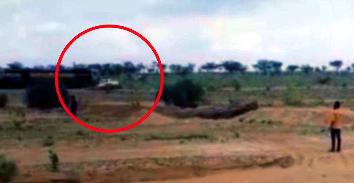Mahindra Bolero मालिक ने टोल बचाने के लिए लिया शॉर्टकट: आई ट्रेन की चपेट में