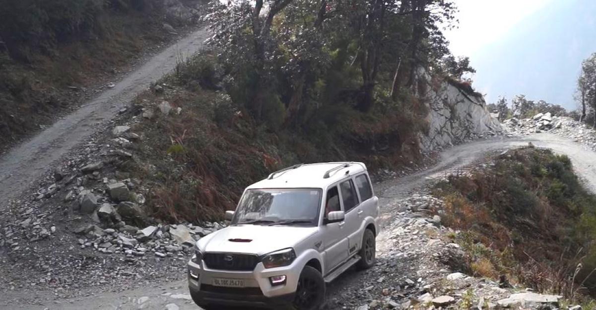 एक स्थानीय की तरह पहाड़ों में कैसे ड्राइव करें