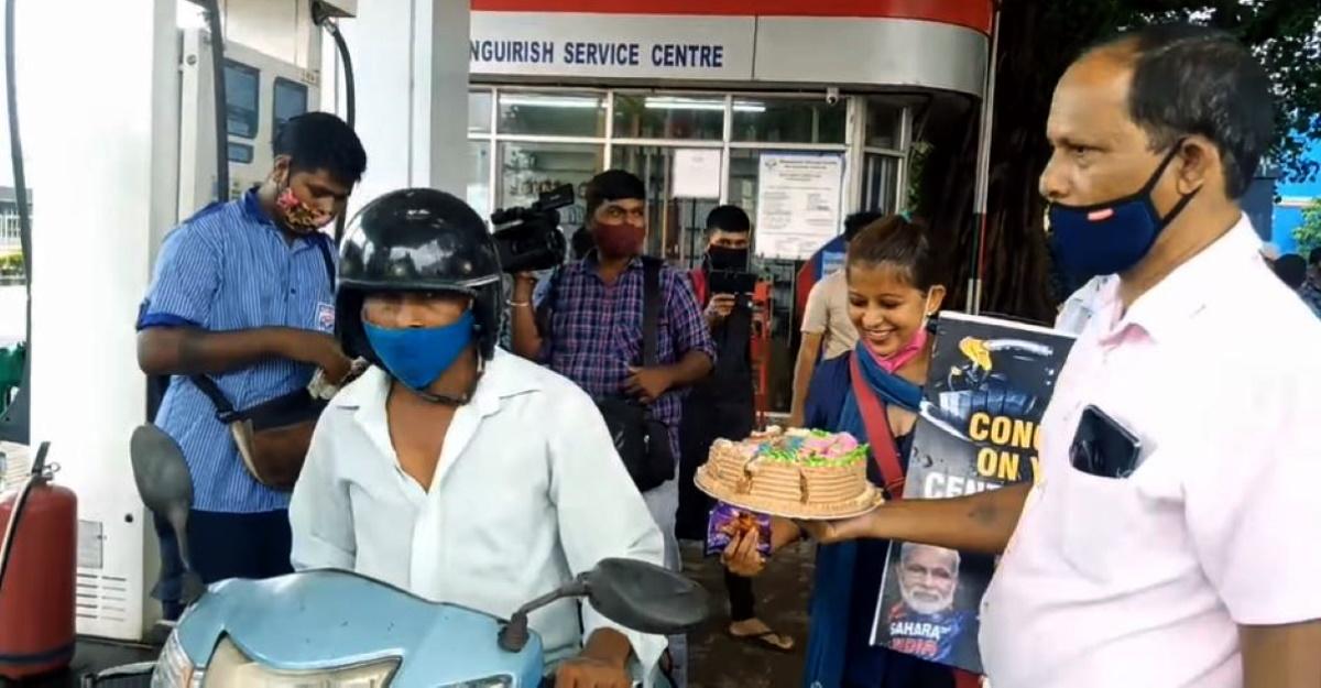 गोवा में पेट्रोल की कीमत 100 रुपये प्रति लीटर के पार जाने पर ईंधन पंप पर केक बांटे गए [Video]