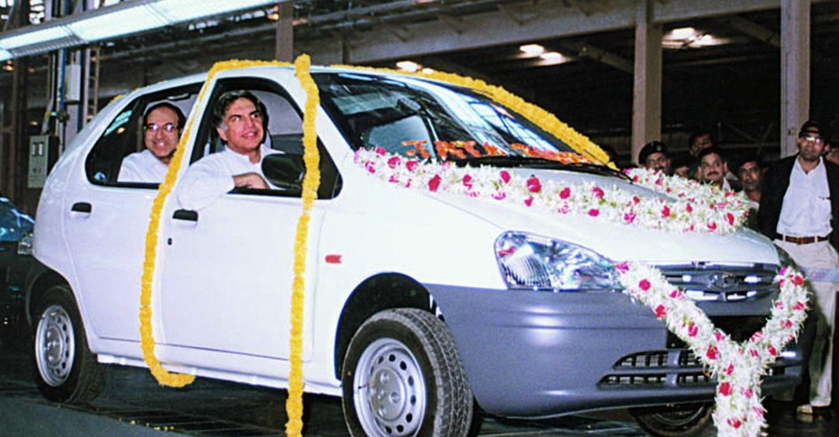 अतीत से धमाका: Ratan Tata के देखते ही Tata Indica का पहला रोल आउट देखें [वीडियो]