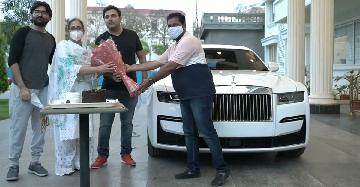देखें 2021 Rolls Royce Ghost हैदराबाद में होम डिलीवरी हो रही है