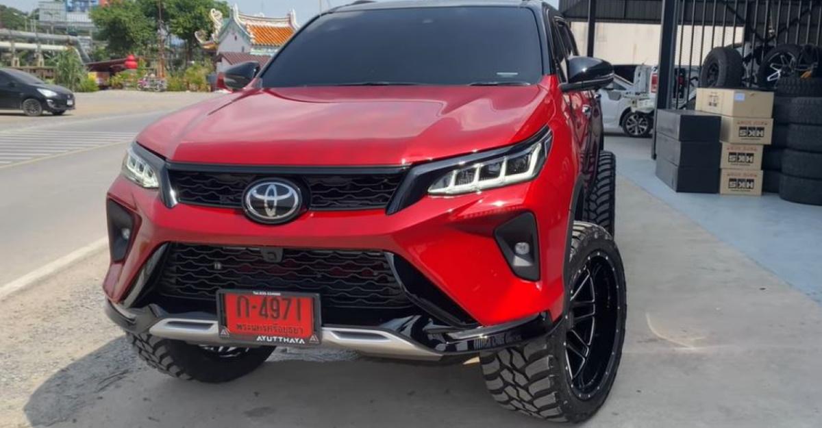 बड़े पहियों के साथ संशोधित Toyota Fortuner Legender SUV दिखने में शानदार है