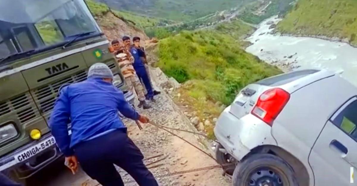 ITBP ने Maruti Suzuki Alto को घाटी में गिरने से बचाया: बस का उपयोग करके इसे बाहर निकाला