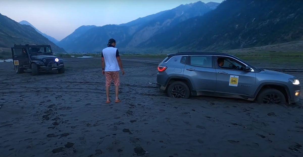 पुराने जनरेशन वाली Mahindra Thar ने रेत में फंसी Jeep Compass को बाहर निकाला