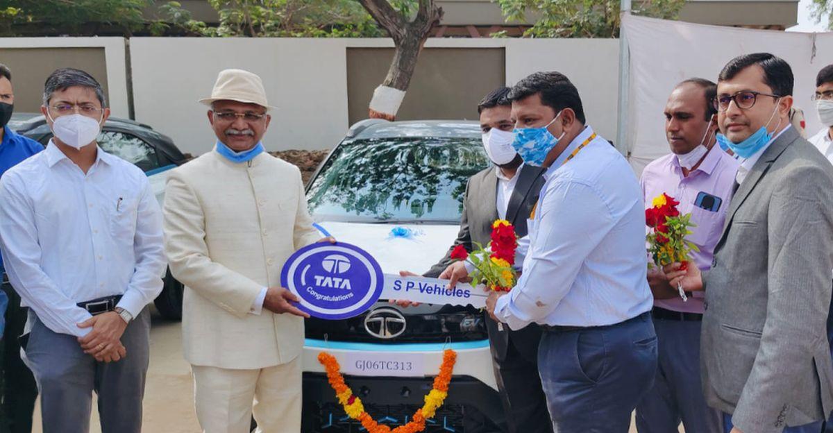 Tata Motors ने Government of Gujarat को 10 Nexon इलेक्ट्रिक SUV डिलीवर की