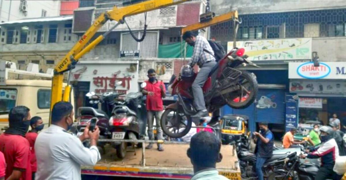 Pune Traffic Police के अधिकारी उस पर बैठे मालिक के साथ बाइक ले जाते हैं