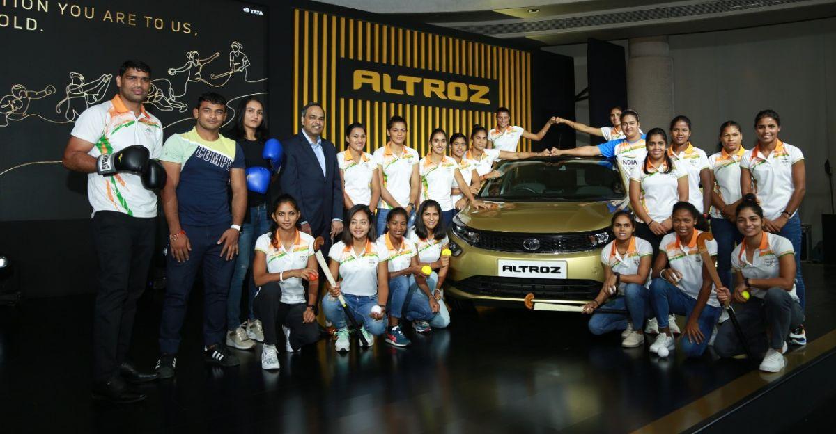 Tata Motors ने टोक्यो में मंच से बाल-बाल बचे ओलंपियनों को Altroz हैचबैक उपहार में दी