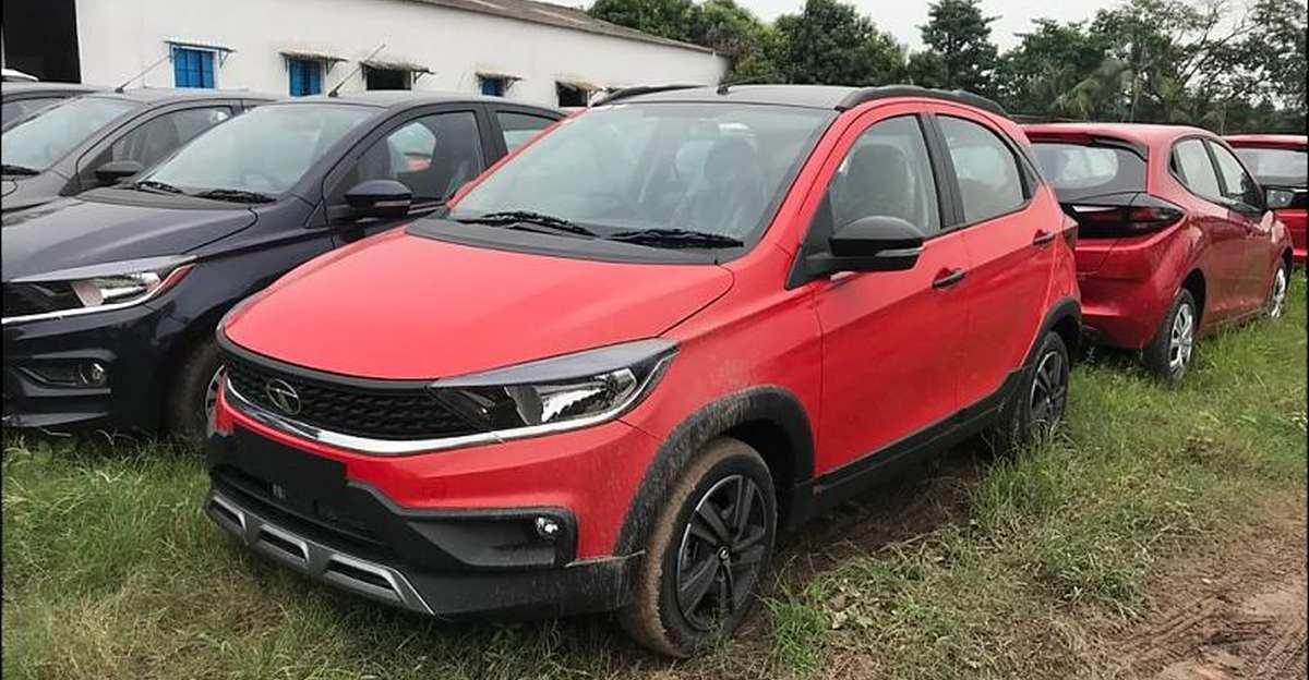 Facelifted Tata Tiago NRG लाल रंग में आधिकारिक लॉन्च से पहले SPIED