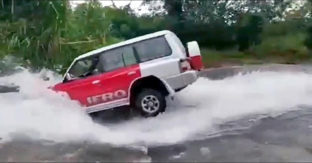 Mitsubishi Pajero SFX एक आदर्श की तरह एक खतरनाक नदी को पार करता है लेकिन क्या आपको ऐसा करना चाहिए?