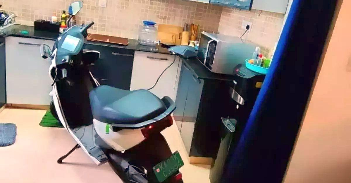 अपार्टमेंट के चार्जिंग पॉइंट की अनुमति से इनकार करने के बाद मालिक ने 5वीं मंजिल में Ather इलेक्ट्रिक स्कूटर को चार्ज किया