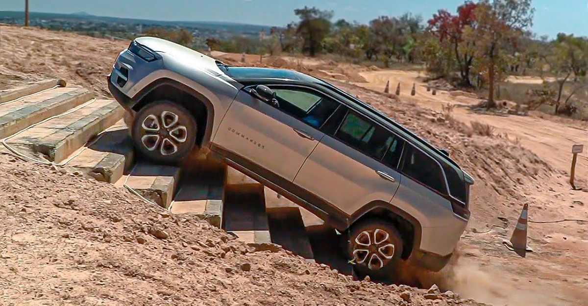 भारत जाने वाली Jeep Commander 7 सीट SUV अपनी ऑफ-रोड क्षमता दिखाती है