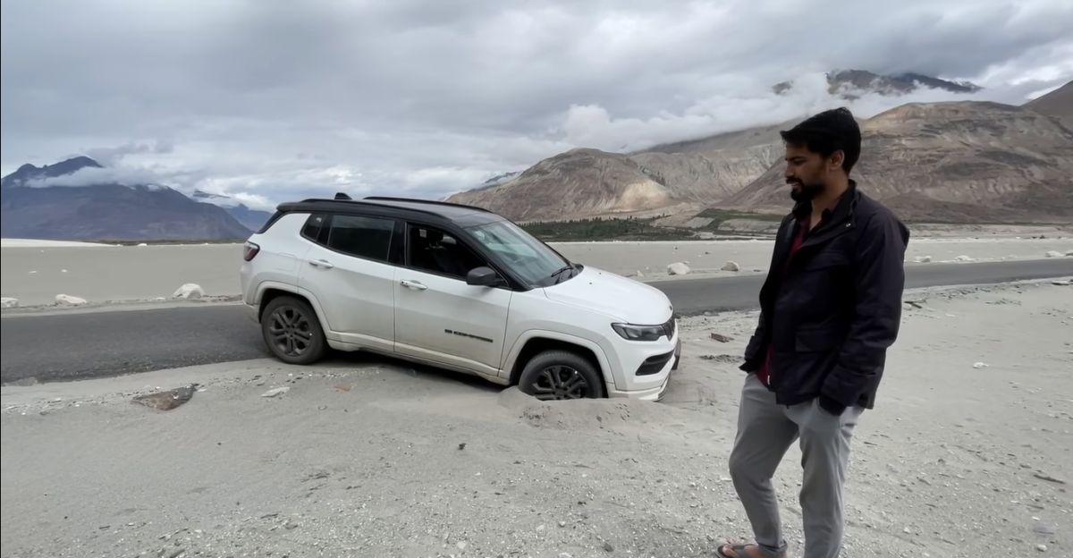2021 Jeep Compass रेत में फंसी Tata Safari Storme द्वारा बचाई गई