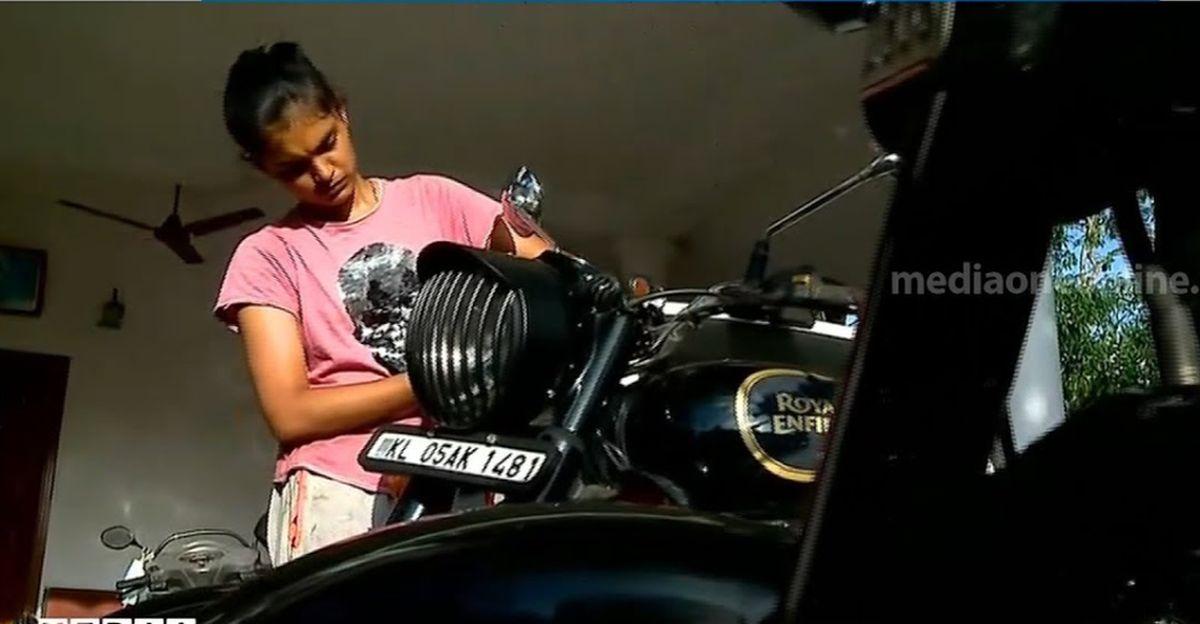 केरल की एक 19 वर्षीय लड़की दीया से मिलें, जो Royal Enfield मोटरसाइकिलों की मरम्मत करती है