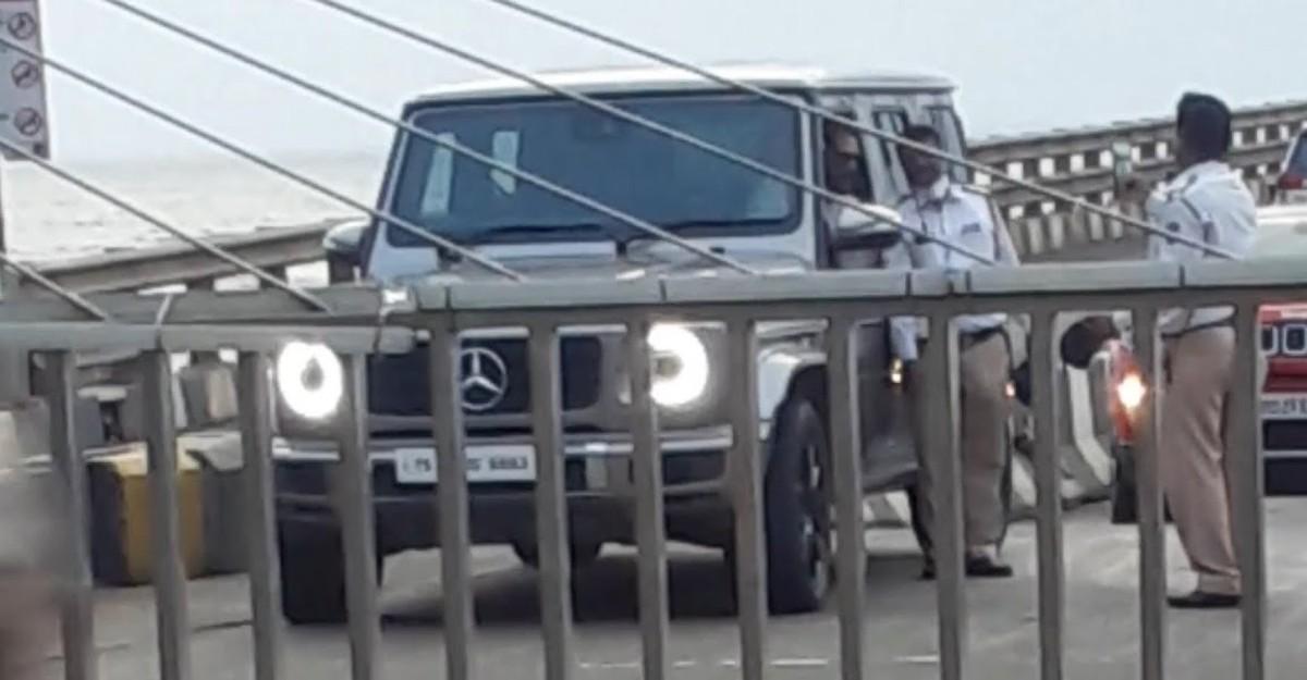 पुलिस ने बॉलीवुड अभिनेता Sunil Shetty को Mercedes-Benz G-Wagen में तस्वीरें क्लिक करने के लिए रोका