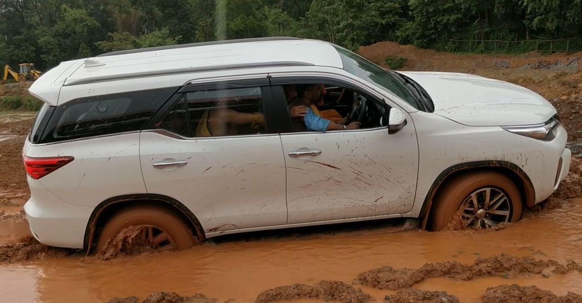 कीचड़ में फंसी Toyota Fortuner दिखाती है कि 4X4 भी गलत टायर वाली SUV को क्यों नहीं बचा पाती?