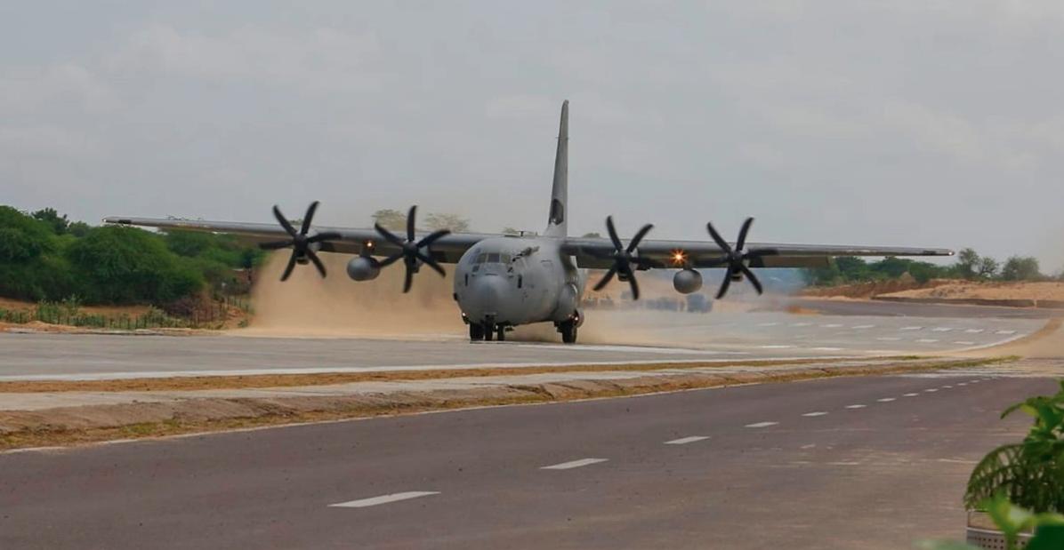 भारतीय वायु सेना के C-130J Super Hercules & Sukhoi विमान ने राजमार्ग पर आपातकालीन लैंडिंग डेमो आयोजित किया