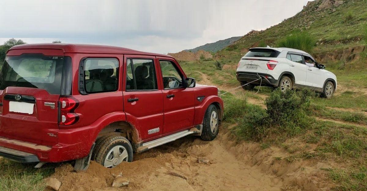 Mahindra Scorpio सड़क से उतरी: Hyundai Creta ने की बचाव की कोशिश, और वह भी फंस गई [वीडियो]