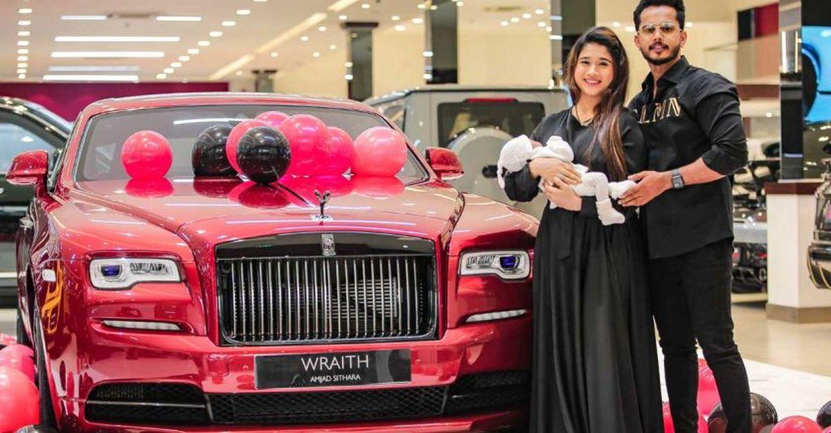 भारतीय व्यवसायी ने पत्नी को उनके जन्मदिन पर Rolls Royce Wraith Black Badge उपहार में दिया