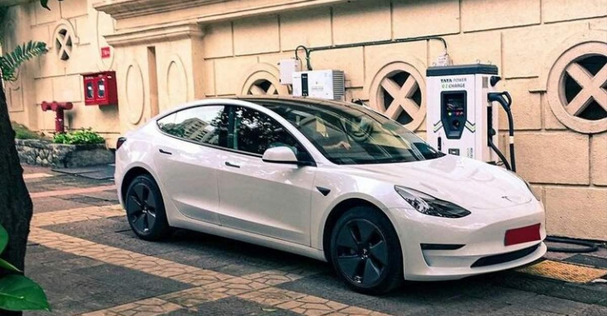 Tesla Model 3 को चार्ज करते हुए मुंबई में देखा गया