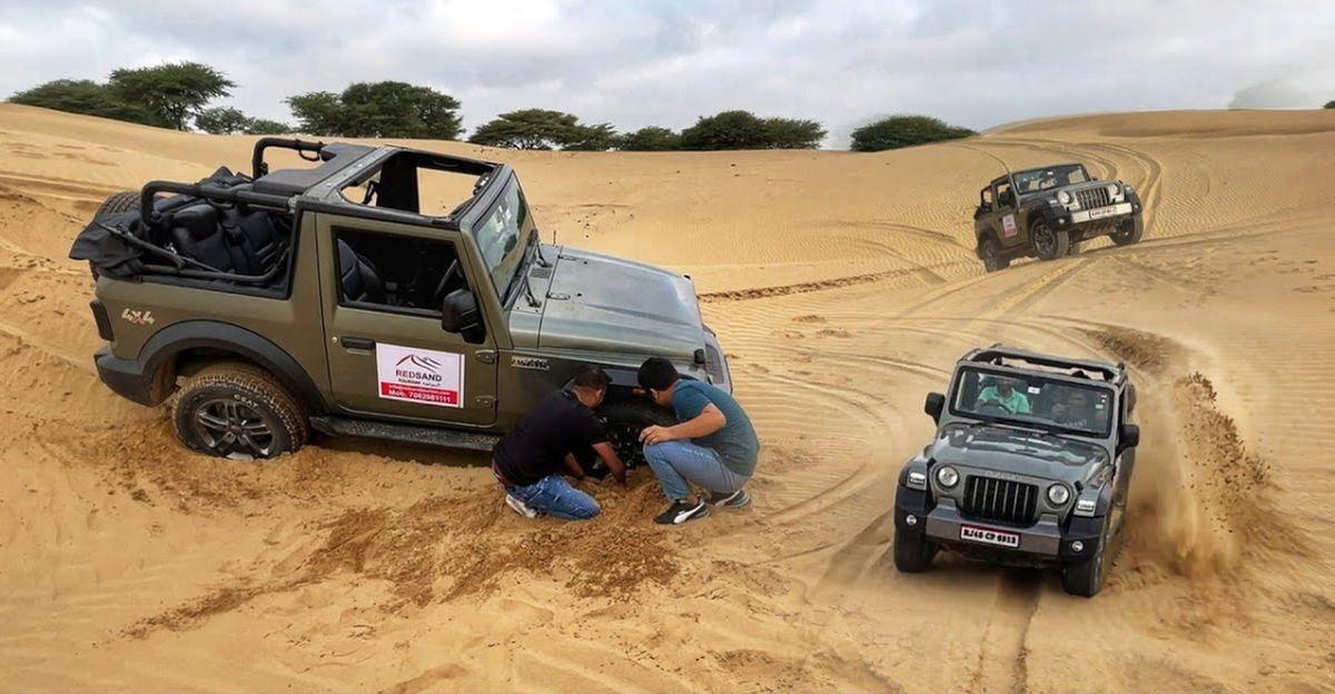 रेत में फंसी नई Mahindra Thar दिखाती है कि ऑफ रोडिंग के दौरान बैकअप क्यों जरूरी है