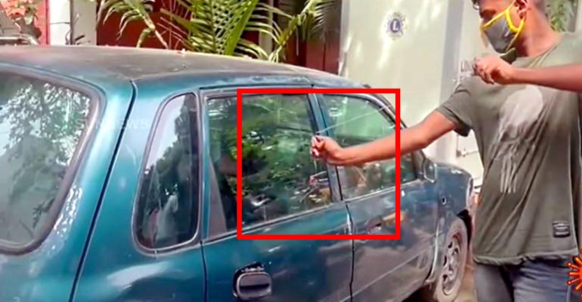 चोर पुलिस को दिखाता है कि कैसे वे कारों में सेंध लगाने के लिए रबर बैंड का उपयोग करते हैं