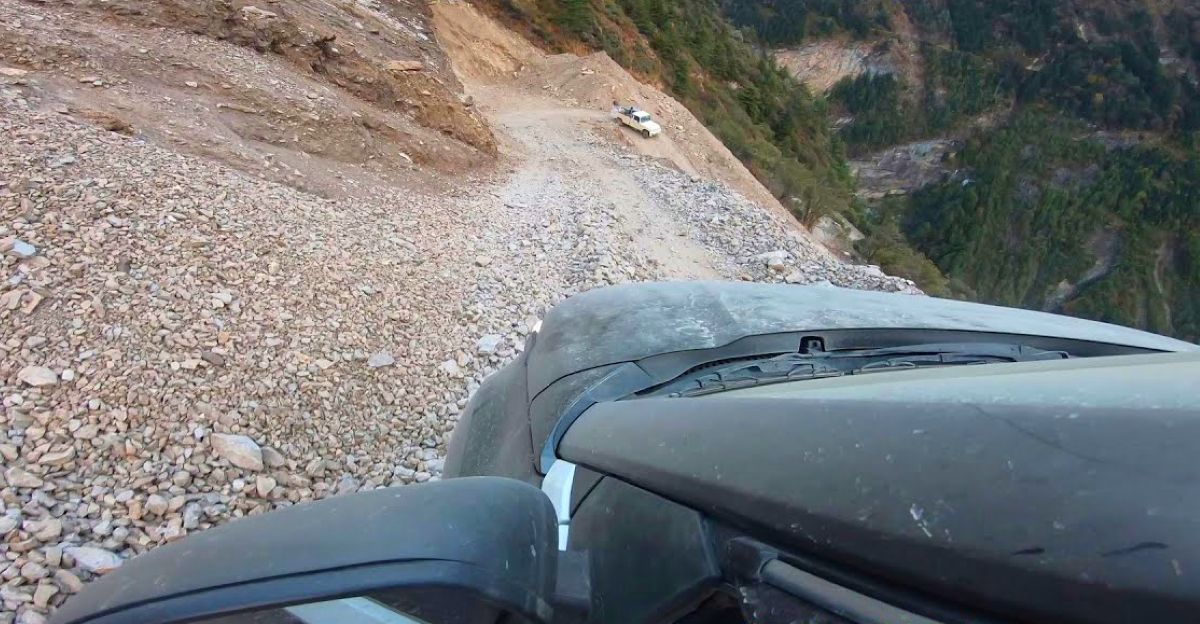Tata Nexon को उबड़-खाबड़ और खड़ी पहाड़ी सड़क पर चढ़ते हुए देखें